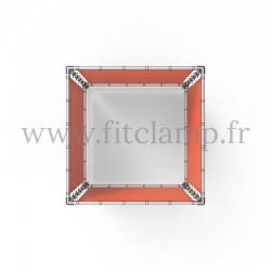 Cube d'affichage sur pied avec bâche en structure tubulaire. Vue de dessus.