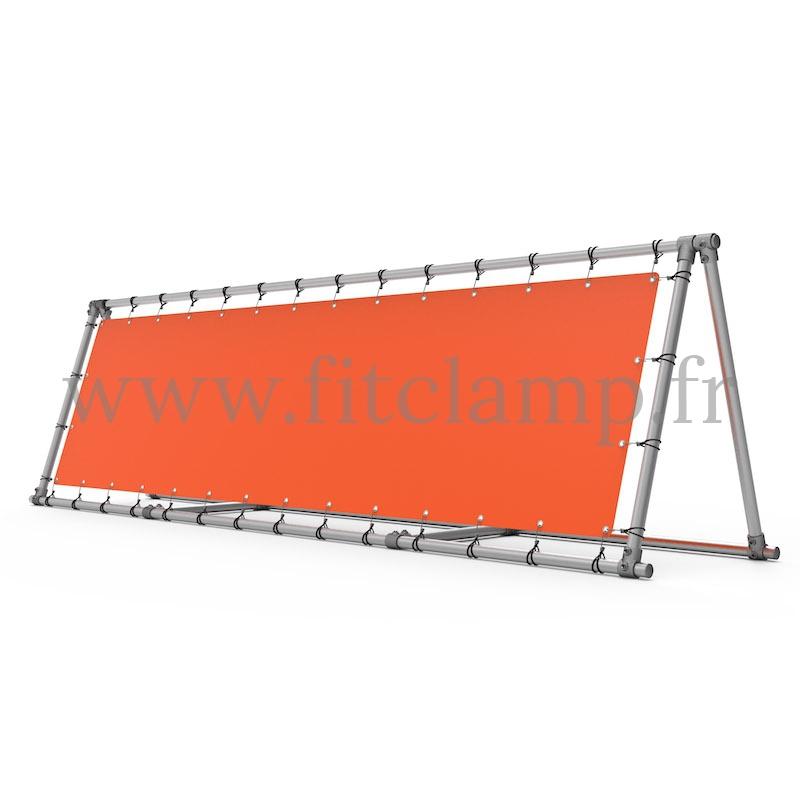 Schräger Display-Rahmen mit Spannplane in Rohrstruktur. FitClamp.