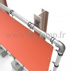 Cadre d'affichage grand format avec bâche tendue en structure tubulaire. Détaille raccord tubulaire.