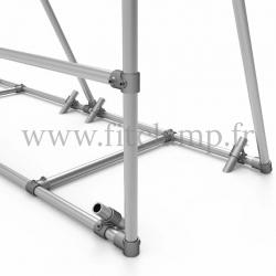 Cadre d'affichage mobile pour bâche tendue en structure tubulaire. Détaille raccord tubulaire piquet