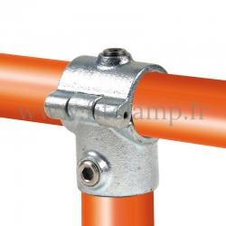 Raccord tubulaire T court ouvert type bride (136) pour un assemblage tubulaire. Compatible pour fixer 2 tubes.
